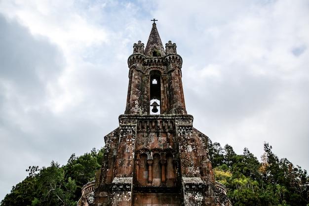 Klokkentoren van de oude stenen kerk, onderaanzicht