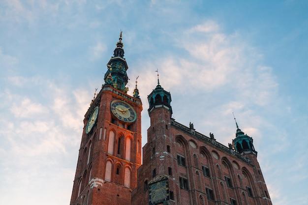 Klokketoren van oud stadhuis in gdansk, polen tegen blauwe hemel