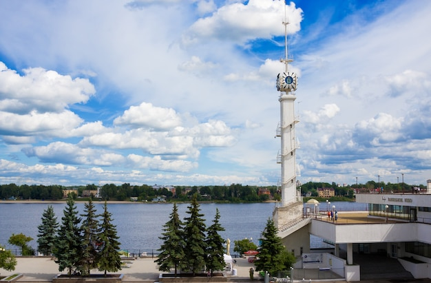Klokketoren van yaroslavl-rivierstation met embleem van stad