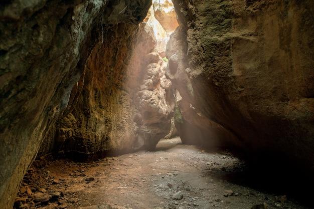 Kloof of grot die de binnenkomst van zonlicht in de vorm van een straal kan waarderen