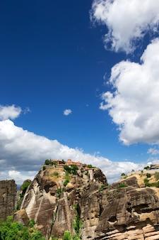 Klooster bovenop rots in meteora, griekenland