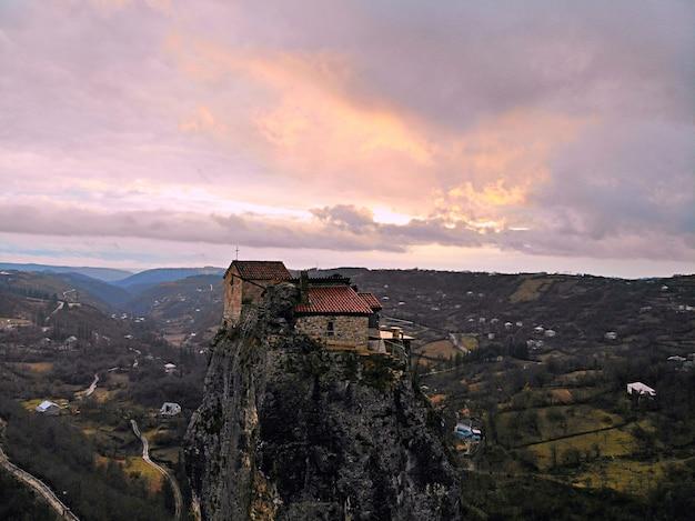 Klooster en kerk van katskhi in georgië bij zonsondergang
