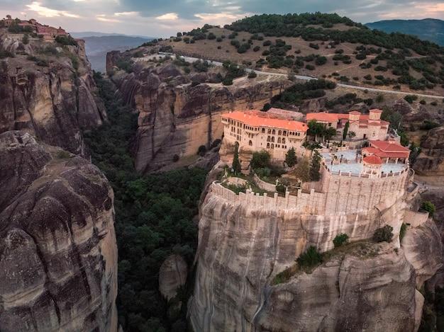 Klooster meteora prachtig panoramisch zomerlandschap
