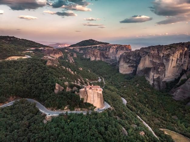Klooster meteora uitzicht op bergen en groene bossen tegen epische blauwe hemel met wolken