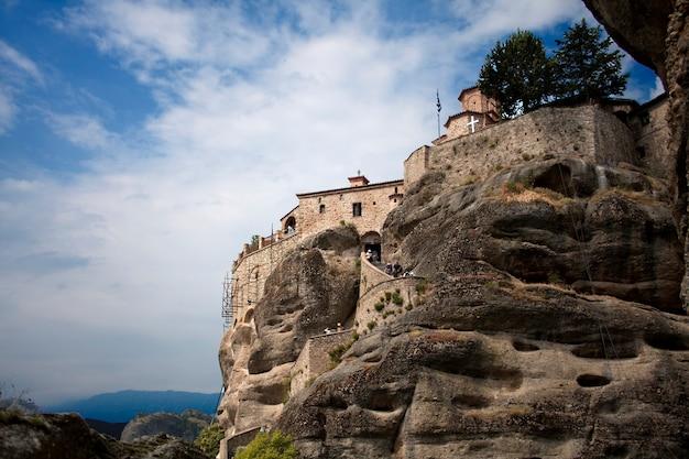Klooster op de steen in meteora tegen bewolkte hemel