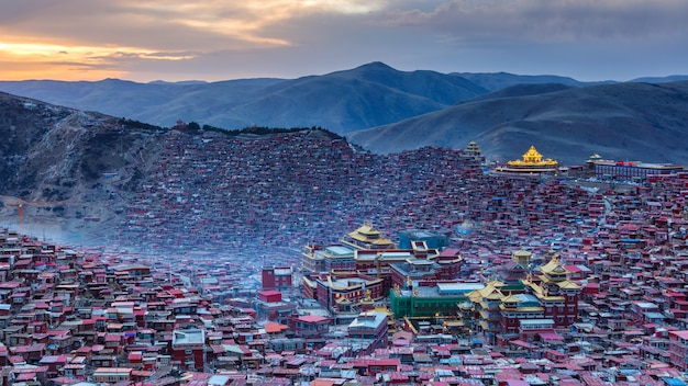 Klooster van de panorama het hoogste mening in larung-gar (boeddhistische academie) in zonsondergangtijd, sichuan, china