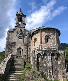 Klooster van san juan de caaveiro uit de 12e eeuw