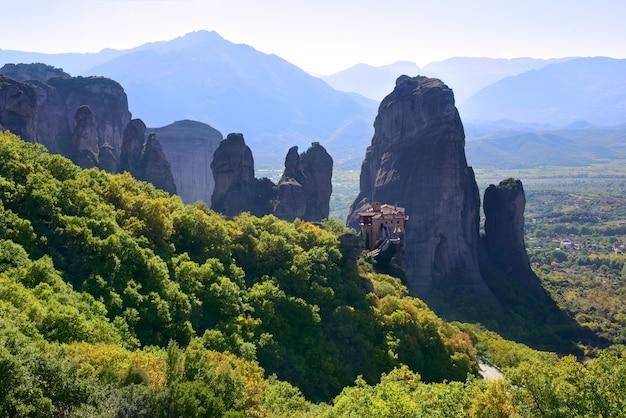 Klooster van st. barbara in het meteora-gebergte in griekenland.