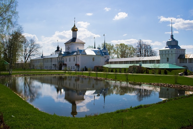 Klooster van svyato-vvedensky tolgsky, jaroslavl. de gouden ring van rusland