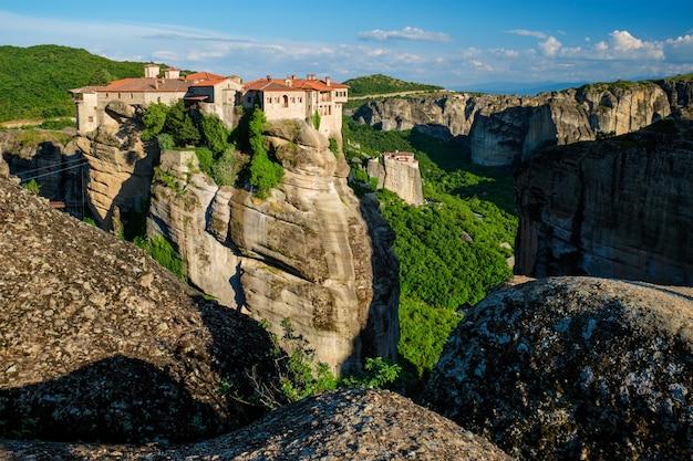 Klooster van varlaam klooster en klooster van rousanou in de beroemde griekse toeristische bestemming meteora in griekenland op zonsondergang