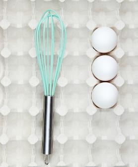 Klop en eieren in de lade. bovenaanzicht, close-up