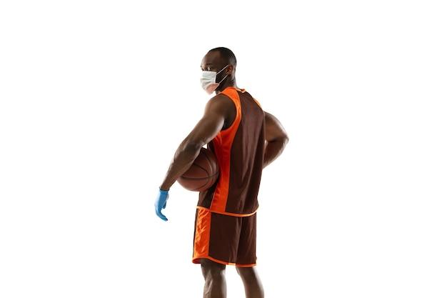 Klop het af. afro-amerikaanse basketbalspeler met beschermend masker.