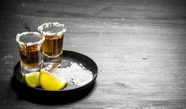Klop op tequila met zout en limoenplakken