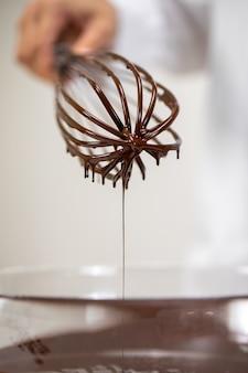 Klop van hete gesmolten belgische donkere chocolade