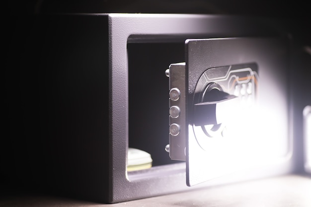 Kluis openen in een rijk huis. kluisje in hotelkamer. concept veilige opslag van geld en documenten