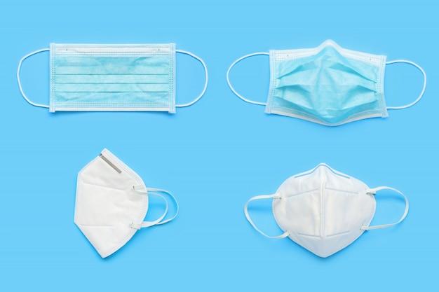 Kn95 en chirurgisch gezichtsmasker op blauwe achtergrond bescherming tegen pm 2.5 vervuiling en covid-19 coronavirus. gezondheidszorg en medisch concept