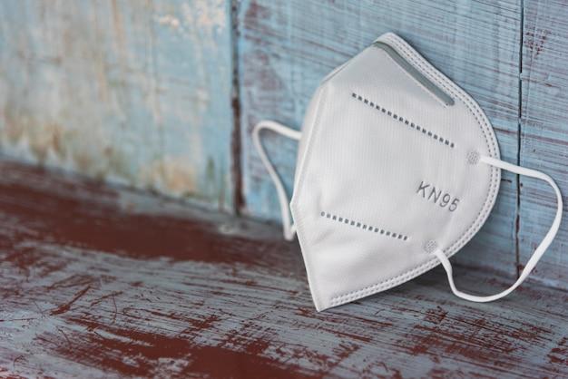 Kn95 wit masker met antiviraal voor bescherming tegen coronavirus op oude vintage kamer