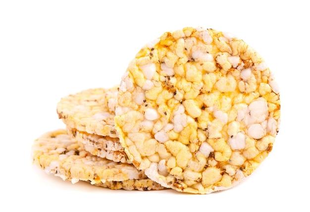 Knäckebröd met chiazaad en oregano, geïsoleerd op wit