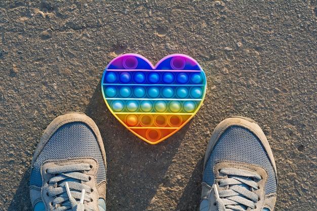 Knal het speelgoed op het asfalt regenboog knal het hart op het asfalt