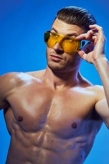 Knap atletisch mensenlichaam met spieren het stellen
