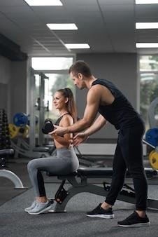 Knap helpende sportieve meisjes gaande oefeningen.