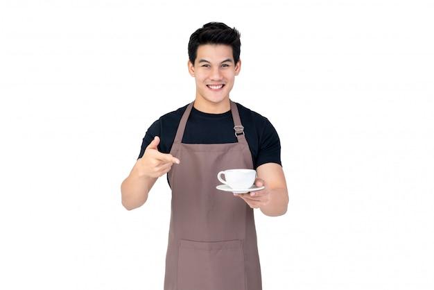Knap het glimlachen aziatisch de studioschot van de barista dienend die koffie op witte achtergrond wordt geïsoleerd