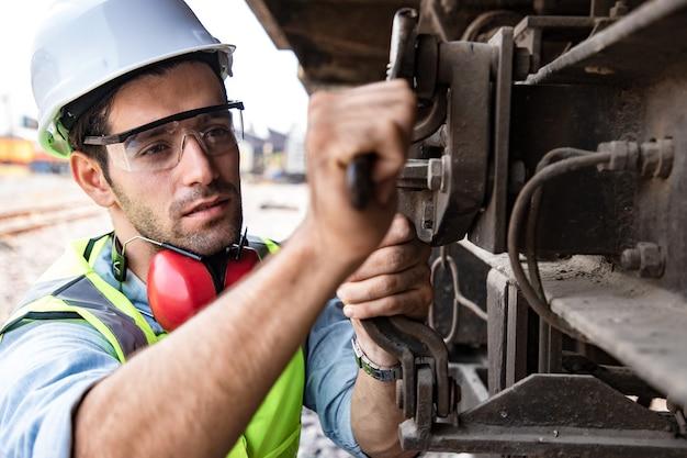 Knap industrieel ingenieur onderhoud een trein