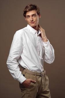 Knap jong mannelijk model in het modieuze kostuum stellen