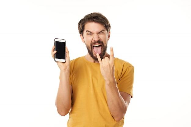 Knap mannelijk model met baard met telefoon het stellen