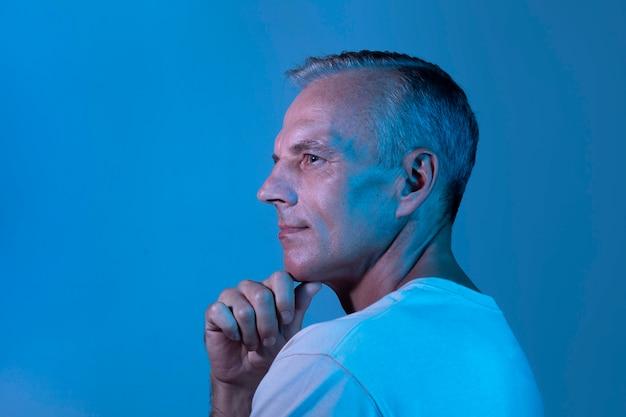 Knap mannenportret van middelbare leeftijd in neonlichten