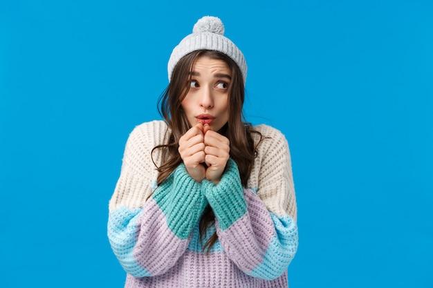 Knap wijfje in sweater die gebaar tonen.