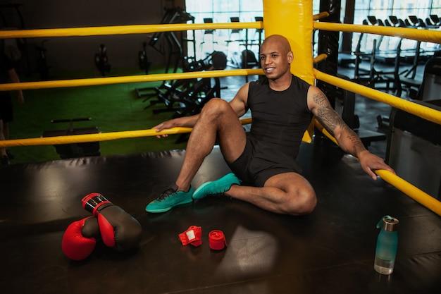 Knappe afrikaanse mannelijke in dozen doende vechter opleiding bij de gymnastiek