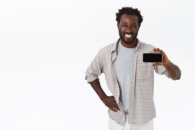 Knappe afro-amerikaanse bebaarde man in casual outfit
