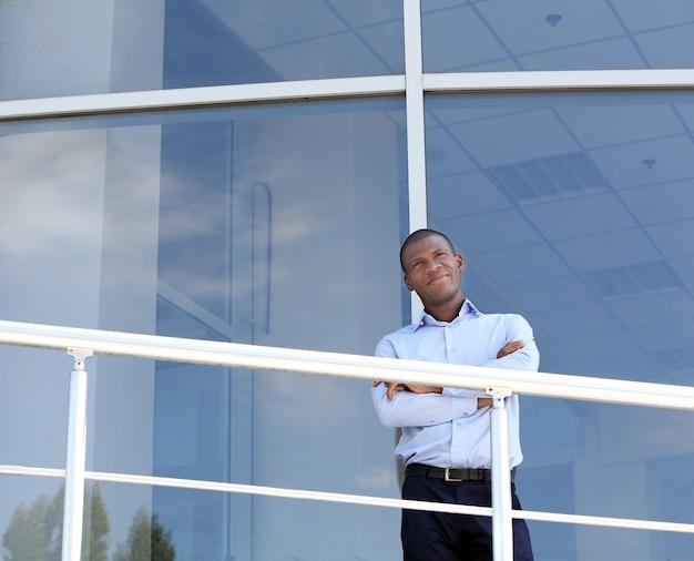 Knappe afro-amerikaanse zakenman in de buurt van zakencentrum