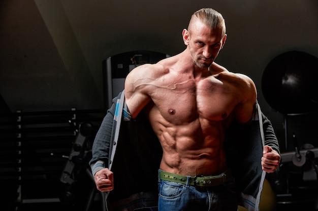 Knappe atleet met perfecte torso poseren op camera,
