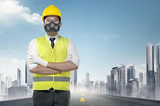 Knappe aziatische arbeider in een weerspiegelende vest status