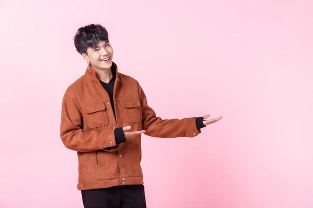 Knappe aziatische man met stijlvolle kleding