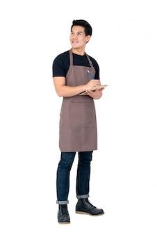 Knappe aziatische man schort dragen als een barista