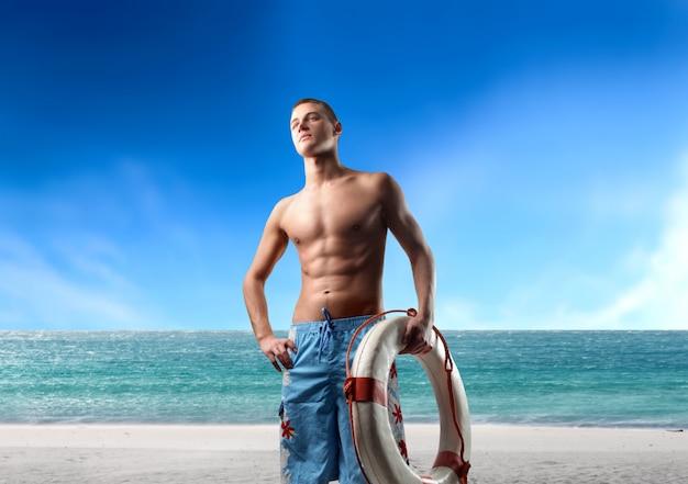 Knappe badmeester op het strand