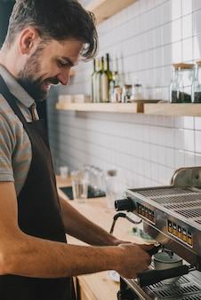 Knappe barman die koffie maakt