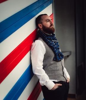 Knappe bebaarde man hipster met stijlvolle baard.