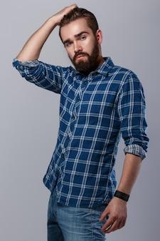 Knappe bebaarde man in geruit hemd