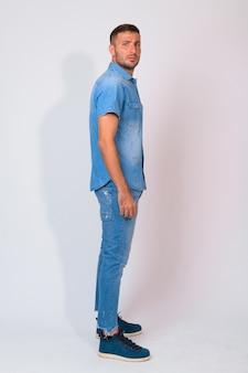 Knappe bebaarde perzische man met denim overhemd
