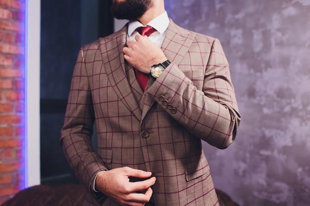 Knappe bebaarde zakenman in klassiek pak.