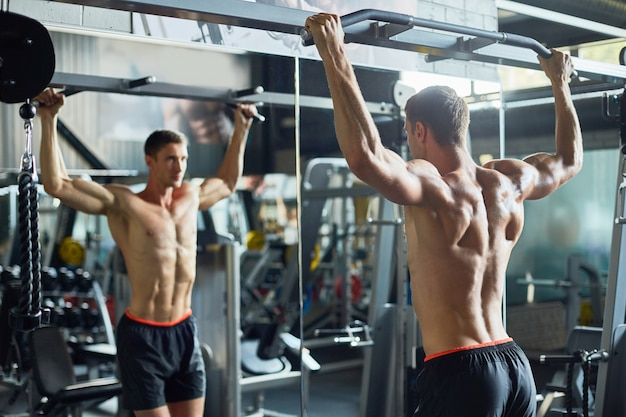 Knappe bodybuilder geconcentreerd op training