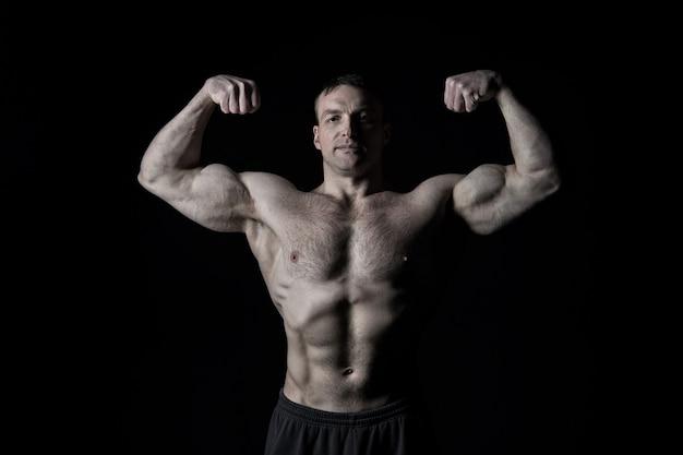 Knappe bodybuilder man of sexy gespierde man met atleet lichaam torso en borst training sport