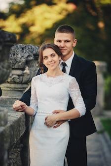 Knappe bruidegom en zijn schattige bruid op het oude balkon