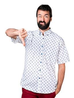 Knappe brunette man met baard maakt slecht signaal