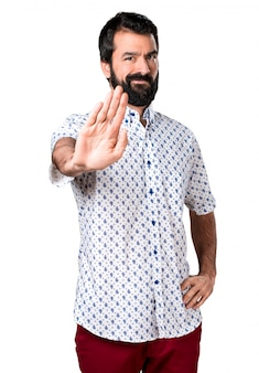 Knappe brunette man met baard maken stopteken