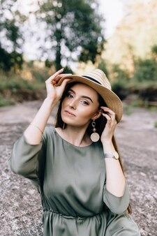 Knappe brunette vrouw met hoed en hoed met een magische oprechte glimlach die graag een voorstel van haar vriendje ontvangt. positieve emoties en schoonheidsconcept